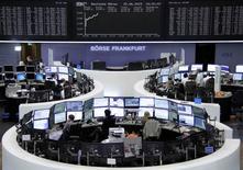 Les Bourses européennes évoluent en forte hausse lundi à la mi-séance et Wall Street est attendue dans le vert, sur fond de regain d'espoir dans le dossier de la dette grecque et avec la flambée des valeurs du secteur des télécoms. Vers 13h00, le CAC 40 bondit de 2,73% et le DAX s'adjuge 2,69% à Francfort. /Photo prise le 22 juin 2015/REUTERS/Stringer