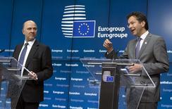 El comisario de la UE, Pierre Moscovici (izqda.) y el presidente del Eurogrupo, Jeroen Dijsselbloem, hablan en una conferencia de prensa luego de la reunión de emergencia de ministro de finanzas de la zona euro, en Bruselas, Bélgica, 22 de junio de 2015. Los líderes de la zona euro no negociarán con Grecia el lunes por la tarde y dirán a Atenas que un acuerdo de liquidez a cambio de reformas sólo podrá ponerse en marcha cuando esté listo a nivel técnico y sea aceptado por los ministros de Finanzas del bloque, dijo un funcionario de la UE. REUTERS/Yves Herman