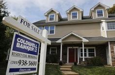 Un cartel que anuncia la venta de la casa, fotografiado en Viena, Virginia, 20 de octubre de 2014. Las ventas de casas usadas de Estados Unidos subieron en mayo a un máximo nivel en cinco años y medio, en un nuevo indicio de que el sector inmobiliario y la actividad económica en general cobran impulso en el segundo trimestre. REUTERS/Larry Downing