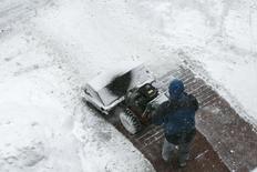 Un trabajador barre nieve tras el paso de una tormenta en Boston, EEUU, feb 2 2015. Los gastos en consumo real en Estados Unidos no han mostrado señales de un repunte significativo tras su desaceleración del invierno boreal, dijo la Reserva Federal de Nueva York en un reporte publicado el lunes. REUTERS/Dominick Reuter