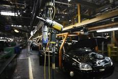 Вид на сборочную линию цеха Автоваза в Тольятти 25 сентября 2009 года. Крупнейший российский автопроизводитель Автоваз в понедельник остановил производство из-за недопоставки автокомпонентов, сообщила компания. REUTERS/Denis Sinyakov
