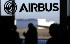 Airbus Group affiche mardi la plus forte hausse du CAC 40 avec une progression de 2,18% à la mi-séance, profitant du repli de l'euro face au billet vert. L'indice parisien de son côté avance de 1,19% à 5.058,28 points au lendemain d'un bond de 3,81%. /Photo prise le 13 janvier 2015/REUTERS/Régis Duvignau