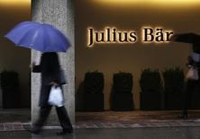 Julius Baer a annoncé mardi une provision de 350 millions de dollars sur ses résultats du premier semestre en raison d'une enquête dont la banque privée suisse fait l'objet aux Etats-Unis. /Photo d'archives/REUTERS/Michael Buhozler