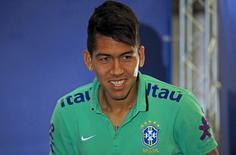Atacante Roberto Firmino, da seleção brasileira, chega para entrevista coletiva em Santiago, no Chile. 23/06/2015 REUTERS/Ricardo Moraes