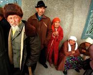 """Пенсионеры у отделения Халык-банка в Акши 30 апреля. 1998 года. Нижняя палата парламента Казахстана в среду приняла в первом чтении поправки, предполагающие с 1 января 2018 года введение новой - условно-накопительной - составляющей пенсионных отчислений в пять процентов за счет работодателей, которые, по словам одного из депутатов, """"крайне расстроены"""" такой перспективой. Shamil Zhumatov/Reuters"""