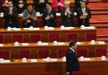 El presidente chino Xi Jinping (abajo) llega al Comité Permanente del Congreso Nacional del Pueblo, en Beijing, 15 de marzo de 2015. El Parlamento chino dio el primer paso para ratificar un acuerdo con las naciones emergentes más grandes del mundo a fin de crear un banco de desarrollo, dijo el miércoles la agencia estatal de noticias Xinhua. REUTERS/Kim Kyung-Hoon