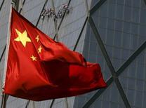 Una bandera de China, en un distrito comercial en Beijing, 20 de abril de 2015. China informó el miércoles que aprobó un borrador de enmienda a la ley de la banca comercial del país, eliminando un viejo requerimiento del ratio de préstamos sobre depósitos, en un esfuerzo por impulsar el crédito en medio de un lento crecimiento económico. REUTERS/Kim Kyung-Hoon