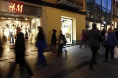 """Personas caminando junto a tiendas de H&M y Zara, en Barcelona, 11 de marzo de 2015. Hennes & Mauritz, la segunda minorista de ropa más grande del mundo, advirtió el jueves de un impacto """"muy negativo"""" por costos de compras más altos durante el resto del año debido a la fortaleza del dólar, que también afectó a las ganancias en el segundo trimestre. REUTERS/Gustau Nacarino"""