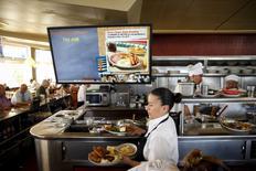 Una mesera en un restaurante Norms Diner en rel bulevar La Cienega en Los Angeles, EEUU, mayo 20 2015.  El sector servicios de Estados Unidos creció a un ritmo más lento por tercer mes seguido en junio, ya que se moderó la expansión tanto de los nuevos negocios como de las contrataciones, mostró el jueves un reporte. REUTERS/Patrick T. Fallon