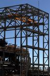 Imagen de archivo de un trabajador en la mina de cobre Esperanza en Calama, Chile, mar 30 2011. El atraso en la construcción de proyectos mineros y la exigencia de aumentar la productividad para bajar costos reduciría la necesidad de trabajadores calificados en la industria minera chilena al 2023, reveló el jueves un estudio privado. REUTERS/Ivan Alvarado