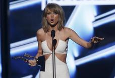 Taylor Swift recebe premiação no Billboard Music Awards em Las Vegas.  17/5/2015.  REUTERS/Mario Anzuoni