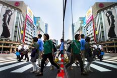 Les dépenses des ménages au Japon ont augmenté en mai pour la première fois en plus d'un an et un marché de l'emploi vigoureux alimente l'espoir de voir les entreprises nippones commencer à augmenter les salaires, ce qui relancerait l'inflation vers l'objectif ambitieux de 2% de la banque centrale. /Photo prise le 25 juin 2015/REUTERS/Thomas Peter