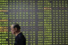 Инвестор в брокерской конторе в городе Ханчжоу в китайской провинции Чжэцзян. 26 июня 2015 года. Азиатские фондовые рынки завершили торги пятницы и неделю разнонаправленно под влиянием новостей о Греции и местных факторов. REUTERS/Stringer