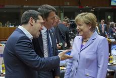 """El primer ministro griego, Alexis Tsipras (izqda.), junto al primer ministro italiano, Matteo Renzi, y la canciller alemana, Angela Merkel, durante una cumbre de líderes europeos en Bruselas, Bélgica, 25 de 2015. La canciller alemana, Angela Merkel, instó el viernes al primer ministro griego, Alexis Tsipras, a aceptar una oferta """"generosa"""" de los acreedores de su país, al decir que ahora dependía de Atenas dar un paso en la dirección de sus socios de la zona euro. REUTERS/Yves Herman"""