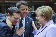 El primer ministro griego, Alexis Tsipras (izqda.), junto al primer ministro italiano, Matteo Renzi, y la canciller alemana, Angela Merkel, durante una cumbre de líderes europeos en Bruselas, Bélgica, 25 de 2015. Los líderes de Alemania y Francia ofrecieron liberar miles de millones en asistencia congelada el viernes, en un intento de última hora para convencer al primer ministro griego Alexis Tsipras de que acepte unas disputadas reformas de pensiones a cambio de llenar las arcas de Atenas hasta noviembre. REUTERS/Yves Herman
