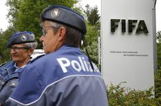 Polícia na frente da sede da Fifa. 30/05/2015 REUTERS/Arnd Wiegmann