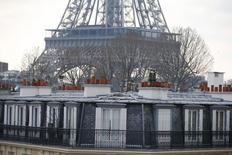 Standard & Poor's a confirmé vendredi la note à long terme AA de la dette souveraine de la France ainsi que la perspective négative qui lui est attachée. /Photo prise le 6 février 2015/REUTERS/Charles Platiau