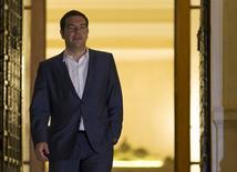 """Alexis Tsipras à la sortie d'un conseil des ministres extraordinaire à Athènes. Le Premier ministre a annoncé tard vendredi soir la tenue le 5 juillet prochain d'un référendum pour ou contre les propositions """"en forme d'ultimatum"""" présentées dans la journée par les créanciers de la Grèce. /Photo prise le 27 juin 2015/REUTERS/Marko Djurica"""