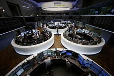 Les Bourses européennes reculent nettement lundi à mi-séance et Wall Street est attendue en baisse après la soudaine aggravation de la crise grecque au cours du week-end, qui confronte la zone euro au risque inédit de perdre l'un de ses membres. À Paris, l'indice CAC 40 abandonne 3,55% vers 12h30 et à Francfort, le Dax cède 3,45%. /Photo prise le 29 juin 2015/REUTERS/Ralph Orlowski