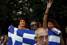 Varias personas con banderas griegas en una manifestación en apoyo a Grecia, en el centro de Madrid, el 27 de junio de 2015. Los costos de endeudamiento gubernamental se dispararon el lunes en los países del sur de Europa, dado que los inversores comenzaron a temer que una votación en Grecia la convierta en la primera nación en abandonar el bloque monetario único. REUTERS/Susana Vera