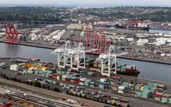 Unos contenedores en el puerto de Seattle, EEUU, ago 21 2012. Una reunión ministerial sobre el Acuerdo Estratégico Trans-Pacífico de Asociación Económica (TPP por sus siglas en inglés) está prevista para celebrarse la última semana del mes de julio, dijo el lunes una fuente familiarizada con las negociaciones. REUTERS/Anthony Bolante