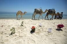 Sur la plage de l'Imperial Marhaba. L'attentat de Sousse, qui a coûté la vie à 39 personnes vendredi, constitue un coup dur pour l'industrie touristique de la Tunisie mais l'économie du pays paraît suffisamment solide pour surmonter cette épreuve. /Photo prise le 28 juin 2015/REUTERS/Zohra Bensemra