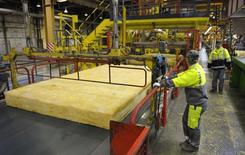 Les prix à la production de l'industrie sur le marché français se sont contractés de 0,5% en mai après une autre baisse de 0,4% en avril, selon les données publiées mardi par l'Insee. /Photo d'archives/REUTERS/Philippe Wojazer