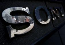 Peatones son reflejados en un logo de Sony afuera de una exposición en Tokio, Japan, 23 de junio de 2015. La japonesa Sony Corp planea recaudar casi 4.000 millones de dólares con nuevas acciones y bonos para destinarlos al negocio de sensores de imagen mientras se reinventa como un fabricante de componentes de nicho, saliendo de productos de consumo como televisores, que la llevaron a pérdidas. REUTERS/Yuya Shino