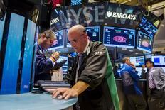 La Bourse de New York a ouvert en hausse mardi, dans l'espoir d'un accord de dernière minute entre la Grèce et ses créanciers internationaux. Le Dow Jones gagne 0,47%, à 17.678,56 points. Le Standard & Poor's 500 progresse de 0,57% et le Nasdaq prend 0,82%. /Photo prise le 29 juin 2015/REUTERS/Lucas Jackson