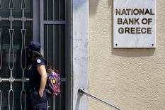 La Grèce a soumis à ses créanciers une nouvelle proposition d'aide sur deux ans avec restructuration de dette en parallèle, dans ce qui ressemble à une tentative de dernière minute de la part d'Athènes pour sortir de l'impasse. /Photo prise le 30 juin 2015/REUTERS/Yannis Behrakis