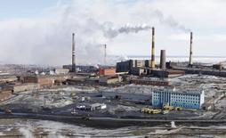 Вид на заводе в Норильске 16 апреля 2010 года. Деловая активность в обрабатывающей промышленности РФ седьмой месяц подряд продолжила спад в июне 2015 года, хотя и меньшими темпами, чем в предыдущем месяце, свидетельствуют результаты исследования, проведенного компанией Markit по заказу HSBC. REUTERS/Ilya Naymushin