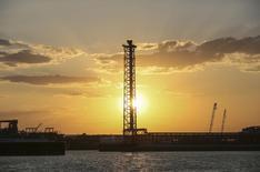 Вид на остров Д Кашаганского месторождения в Каспийском море 21 августа 2013 года. Казахстанская госнефтекомпания Казмунайгаз (КМГ) планирует продать 50 процентов своего участия в проекте разработки гигантского месторождения Кашаган госфонду Самрук-Казына примерно за $4,7 миллиарда, чтобы снизить свою долговую нагрузку, говорится в сообщении компании, опубликованном Казахстанской фондовой биржей. REUTERS/Stringer