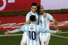 Argentinos Pastore, Zabaleta e Messi comemoram gol marcado contra o Paraguai. 30/06/2015 REUTERS/Jorge Adorno