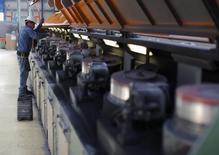 Un trabajador realiza labores de mantenimiento a una máquina en la acerera TIM en Huamantla, México, oct 11 2013. El índice manufacturero de un influyente grupo de ejecutivos en México alcanzó en junio su nivel más alto en ocho meses, aunque la economía en su conjunto sigue dando señales de un tibio desempeño, mostraron el miércoles cifras de la agrupación. REUTERS/Tomas Bravo