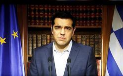 """Dans son allocution télévisée, le Premier ministre grec Alexis Tsipras a réitéré mercredi son appel à voter """"non"""" aux propositions des créanciers de la Grèce lors du référendum, défiant ses créanciers internationaux avant le vote de dimanche qui pourrait décider de l'avenir européen du pays. /Photo prise le 1er juillet 2015/REUTERS/ERT/Pool"""