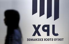 Женщина на фоне логотипа Токийской фондовой биржи 1 июля 2015 года. Азиатские фондовые рынки, кроме Китая, выросли в четверг за счет локальных факторов. REUTERS/Toru Hanai