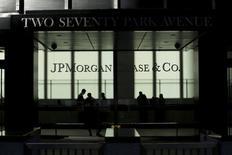 Люди в офисе JP Morgan в Нью-Йорке 25 октября 2013 года. Падение доходов инвестиционных банков от сделок в России в первом полугодии стало одним из самых ощутимых в мире, составив 52 процента к аналогичному периоду прошлого года, а в сумме им удалось заработать $99 миллионов, следует из данных ThomsonReuters. REUTERS/Eduardo Munoz