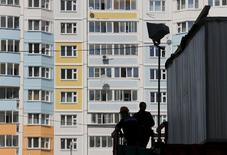 Construction workers are seen at Russian real estate developer PIK Group's construction site in Mytischi outside Moscow, Russia, June 3, 2015.  REUTERS/Maxim Shemetov