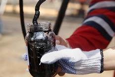 Un trabajador extrae una muestra de crudo en un pozo operado por PDVSA cerca de Morichal, Venezuela, abr 16 2015. Venezuela y China modificaron los términos de un acuerdo de financiamiento que se paga con petróleo, estableciendo una amortización de tres años para un tramo que previamente no tenía un plazo de pago determinado, de acuerdo a la Gaceta Oficial que circuló el jueves. REUTERS/Carlos Garcia Rawlins