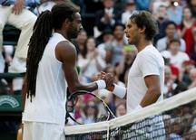 Dustin Brown cumprimenta Rafael Nadal após vitória em Wimbledon.  2/7/2015.           REUTERS/Stefan Wermuth
