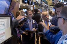 La Bourse de New York a fini en très légère baisse, interrompant une série de deux séances de hausse consécutives, sous le coup des inquiétudes liées à la Grèce et de chiffres de l'emploi aux Etats-Unis pour le mois de juin moins bons que prévu. /Photo prise le 2 juillet 2015/REUTERS/Brendan McDermid