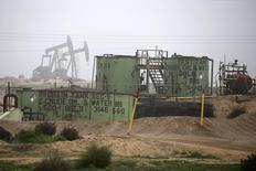 Станки-качалки в Калифорнии 17 января 2015 года. Цены на нефть снижаются за счет роста числа действующих буровых установок в США и расследования предположительных махинаций на фондовом рынке Китая. REUTERS/Lucy Nicholson