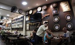 Un restaurant en el centro de Belo Horizonte, 11 de abril de 2014. La actividad en el sector de servicios de Brasil cayó a un ritmo más rápido en junio, cuando se contrajo a la velocidad más enérgica en más de seis años, mostró un sondeo privado publicado el viernes, que remarcó la profundidad de una probable recesión y las escasas posibilidades de una recuperación este año. REUTERS/Washington Alves