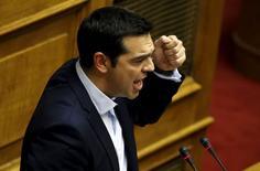 Le Premier ministre grec Alexis Tsipras s'est voulu rassurant vendredi à propos du référendum de dimanche, estimant que l'avenir de la Grèce dans la zone euro n'était pas lié au vote et que les négociations avec les créanciers internationaux de la Grèce se poursuivraient après la consultation. /Photo prise le 28 juin 2015/REUTERS/Yannis Behrakis
