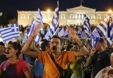 """Противники новых мер экономии на площади Синтагма в Афинах 5 июля 2015 года. Греция ответила """"нет"""" новым мерам экономии, необходимым для получения дополнительной финансовой помощи от группы международных кредиторов, показали предварительные результаты прошедшего в воскресенье референдума, исход которого может стоить Афинам места в еврозоне. REUTERS/Marko Djurica"""