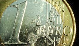 L'euro résiste sur le marché des changes lundi au lendemain du  rejet massif par les Grecs des propositions des créanciers internationaux lors du référendum organisé par Athènes, les cambistes réservant leur jugement sur un éventuel maintien de la Grèce au sein de la zone euro. /Photo d'archives/REUTERS/Peter Macdiarmid