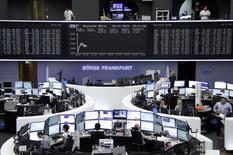Operadores trabajando en la bolsa de Fráncfort, 6 de julio de 2015. Los principales valores europeos caían un 1,7 por ciento en las primeras operaciones del lunes, después de que los griegos rechazaron las medidas de austeridad exigidas a cambio de un acuerdo sobre su deuda, lo que incrementa los temores de la posible salida del país de la zona euro. REUTERS/Staff/remote