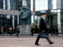 L'effectif des banques françaises s'est contracté de 0,9% l'an dernier en dépit du recrutement la même année de plus de 35.000 personnes. /Photo d'archives/REUTERS/John Schults