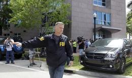 Agente do FBI em frente a prédio com escritórios da Concacaf em Miami. 27/05/2015 REUTERS/Javier Galeano