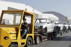 Un trabajador transporta chasis de autos en la planta de Volkswagen en Puebla, 9 de marzo de 2015. La producción de vehículos de México subió un 6.7 por ciento en junio a tasa interanual, mientras que las exportaciones crecieron un 5.3 por ciento, gracias a los envíos a Estados Unidos, dijo el lunes la asociación de la industria. REUTERS/Imelda Medina
